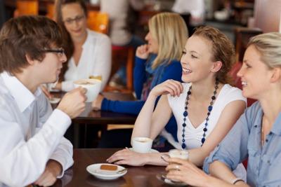 знак Водолей друзья в кафе