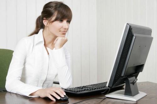 девушка пишет программу, знак Телец