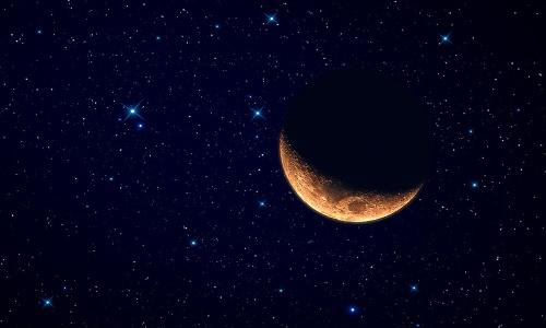 Луна на темном небосводе