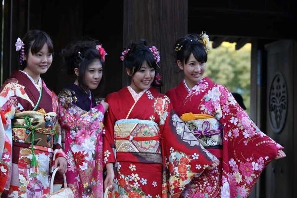 японки в национальной одежде